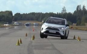 За лося! Новый Toyota RAV4 практически провалил тест на устойчивость. ВИДЕО