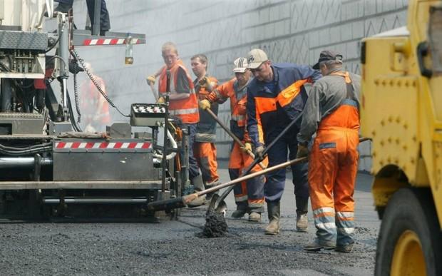 Зеленский поручил ремонтировать дороги в три раза дешевле