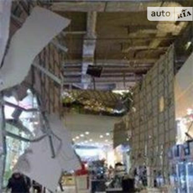В столичном Sky Mail упала часть крыши